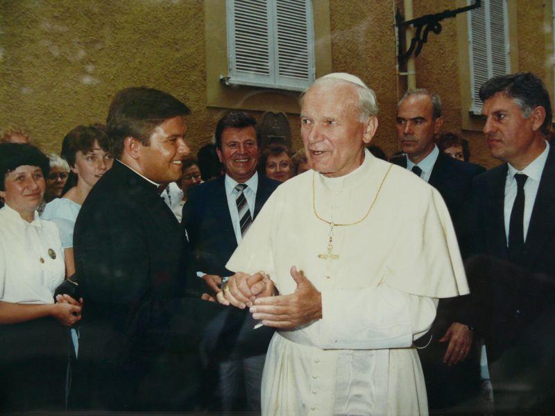 Ksiądz Henryk Urbański i Jan Paweł II (ok. 1988)